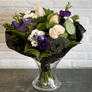 Boeket bloemen bestaande uit Lisianthus, Rozen, Santini, Tragelium